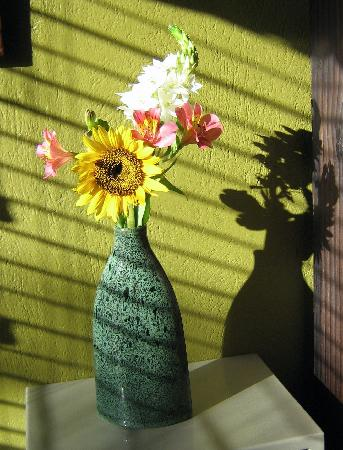 Casa Bella Rita Boutique Bed & Breakfast: Flowers in room