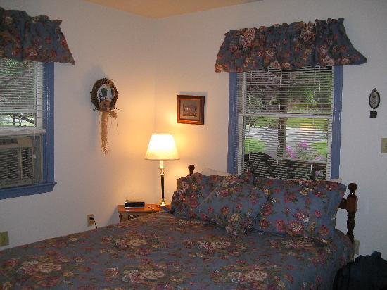 Brookside Cabins: bedroom