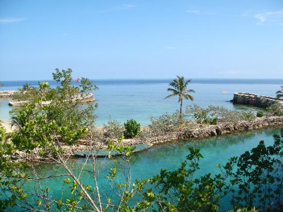Oracabessa, Jamaica: View from gazebo - crystal clear lagoon and beach