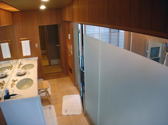 Hotel Gajoen Tokyo: The bathroom (the bath is on the right)