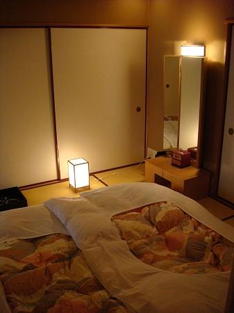 Hotel Gajoen Tokyo: The futon in the bedroom at night