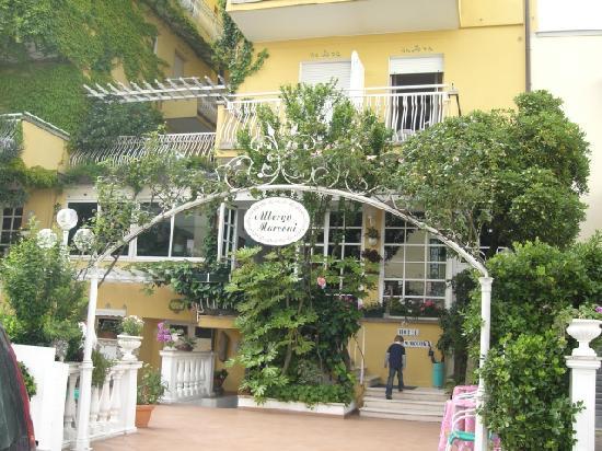 Hotel Marconi : So geht es ins Hotel (im Hintergrund mein Enkel)