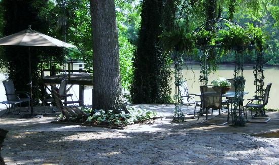 Roses and the River Bed and Breakfast Inn: Gazebo by the river