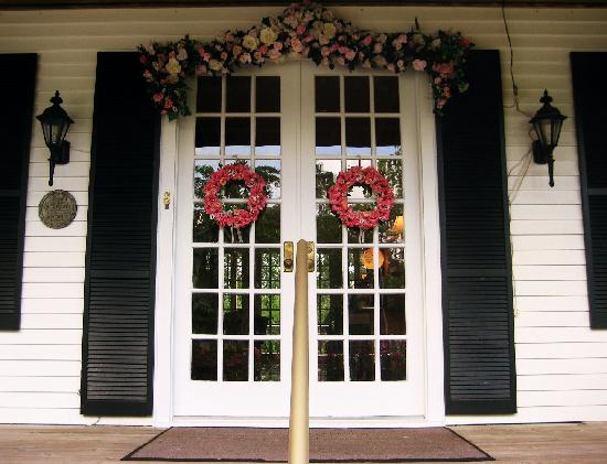 Roses and the River Bed and Breakfast Inn: A welcoming Inn