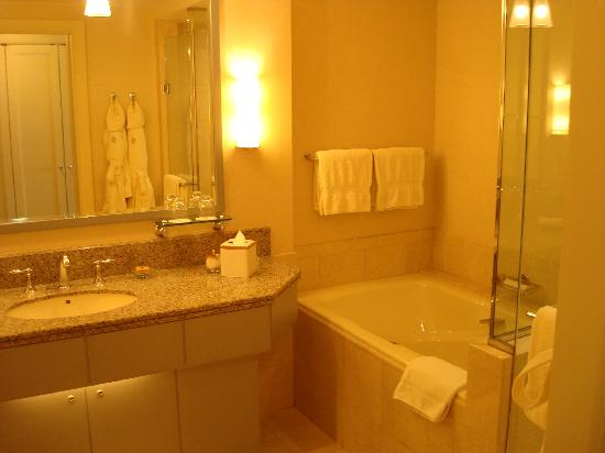 Four Seasons Hotel Riyadh at Kingdom Centre: Bathroom