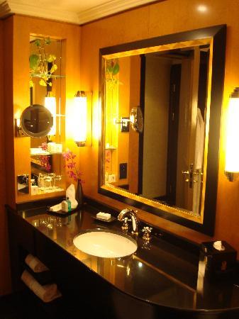 الرتيزكارتون البحرين bathroom.jpg