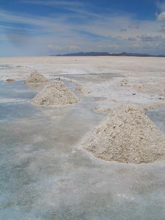 Uyuni, Βολιβία: Piles of salt harvested by locals sit upon the world's largest salt lake