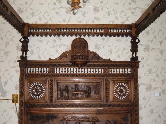 Waverley Inn: Carved bed at the Waverly Inn