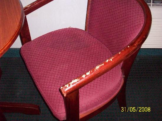 Days Inn Nanuet Spring Valley: Chipped up chair arms