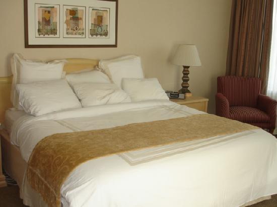 Kingsgate Marriott Conference Center at the University of Cincinnati : Bedroom-King bed