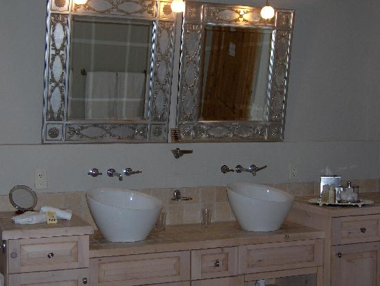 ‪‪Crested Butte Retreat‬: Spacious, pretty double sinks‬