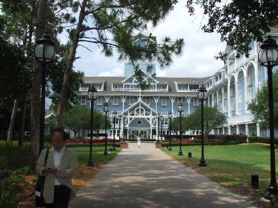 Disney's Beach Club Resort: Beach entrance to resort