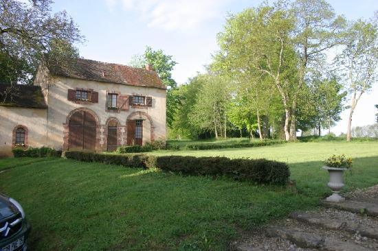 Domaine De Chatenay: Front Garden