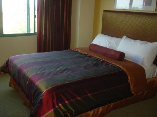 Airtel Plaza Hotel and Conference Center: nice bed
