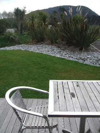 Glenfern Villas Franz Josef: deck view