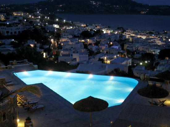 Vencia Hotel: Pool at night