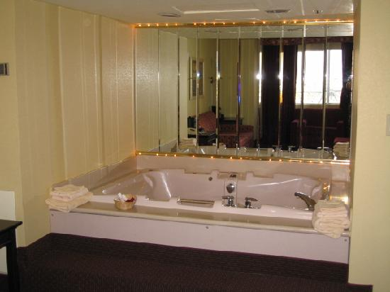 Tub In Jacuzzi Suite Picture Of Four Queens Hotel And Casino Las