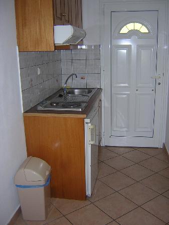 Mara Studios and Apartments : Kitchen Area