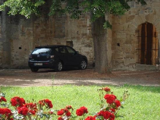 """L'hostellerie de l'Eveche: El """"aparcamiento"""" descubierto"""