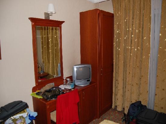 Grand Yavuz Hotel: Armario enano  solo para colgar algo de ropa