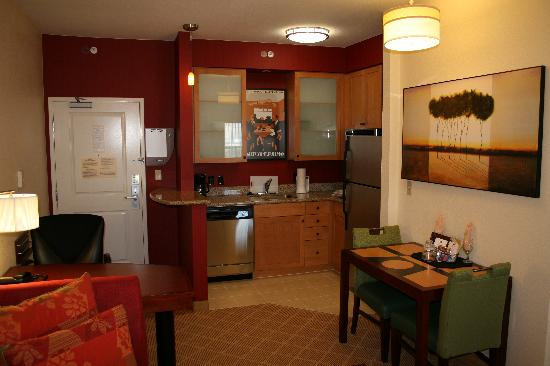 Residence Inn Melbourne: Studio suite looking toward kitchen