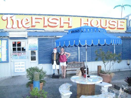 The fish house restaurant seafood market vid o de the for Fish house key largo