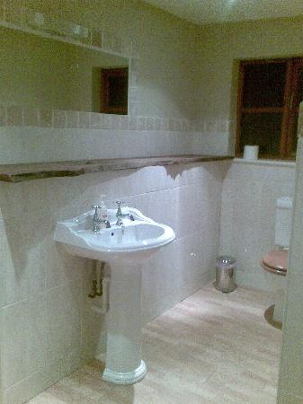 Octon Lodge: another corner of the HUGE bathroom
