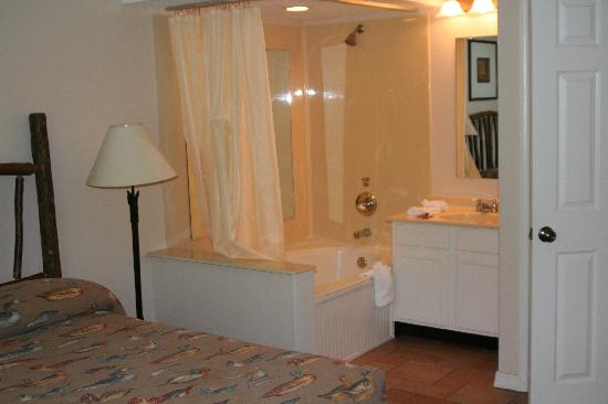 Holiday Inn Club Vacations Fox River Resort: Master Bath