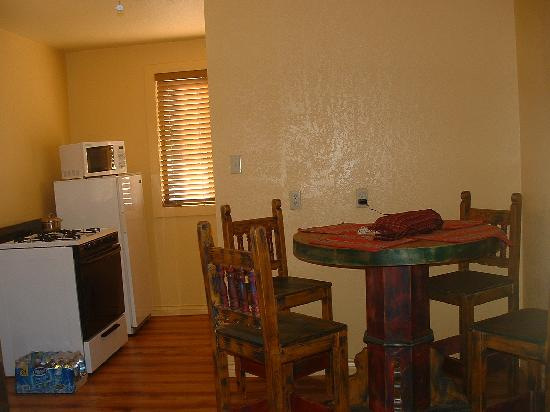 Lake Roberts Motel: Kitchen and diningroom