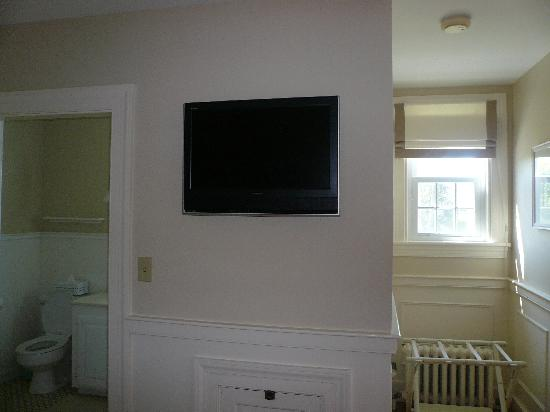 Carriage House Inn: flat screen tv in room