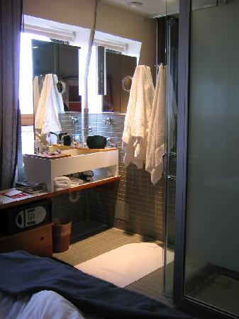 Drake Hotel Toronto: Funky Glass Bathrooms