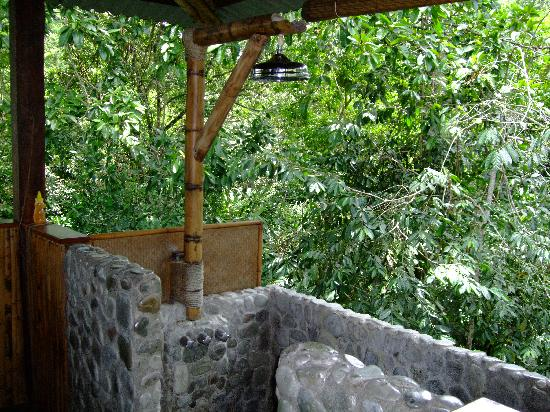 Iguana Lodge: Open air bathroom