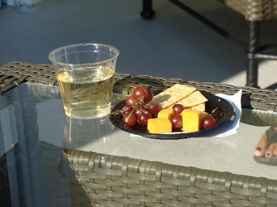 Hotel Rehoboth: Wine and cheese time