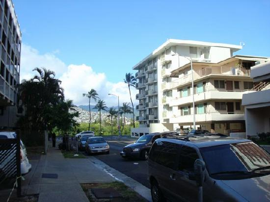 Holiday Surf Hotel: Nohonani Street looking towards Holiday Surf.