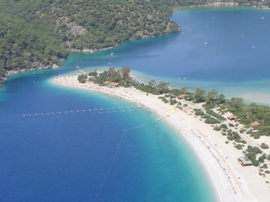 Montebello Deluxe Hotel: Paragliding over the lagoon