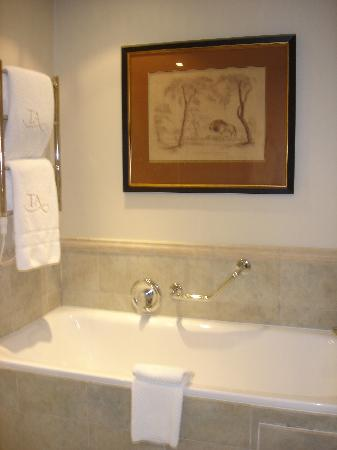 The Twelve Apostles Hotel and Spa: Nice large tub and wonderful bath products!