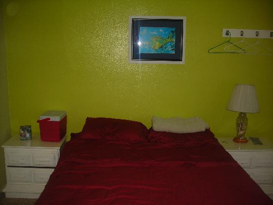 Posada la Hamaca: the bed....the rooms are getting re-painted