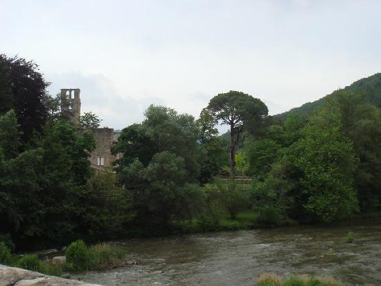 L'hostellerie de l'Eveche: El hotel desde el puente