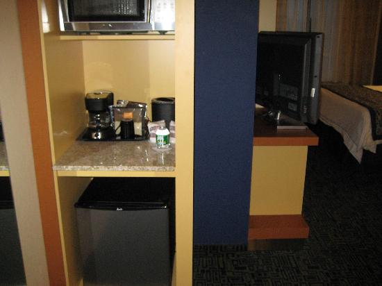 SpringHill Suites Albany-Colonie: mini fridge
