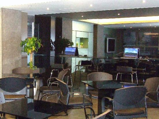 Hotel Benito: Laptops for internet and cafe tables