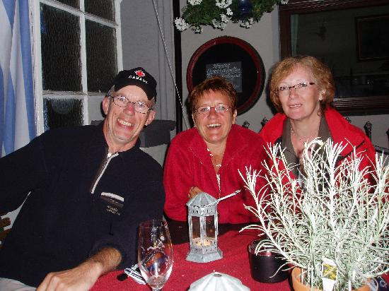 Bacharach, Deutschland: internationale Gäste klönen zusammen und sprechen vom Wein am Rhein