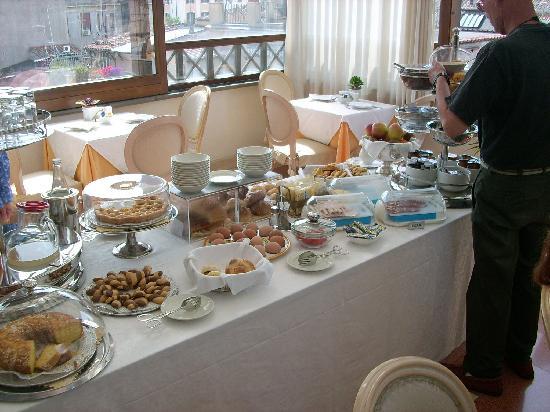 Daniel's Hotel: Frühstücksbüffet /Terasse