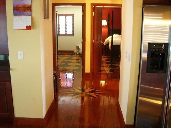 Michael s Swiss Inn: Short hallway leading to bedrooms and bathroom