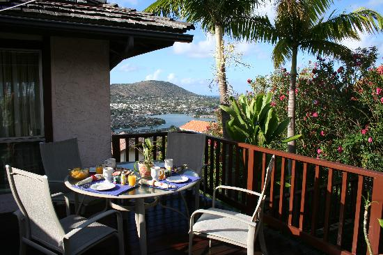 Aloha Bed & Breakfast : A typical breakfast on the Lanai