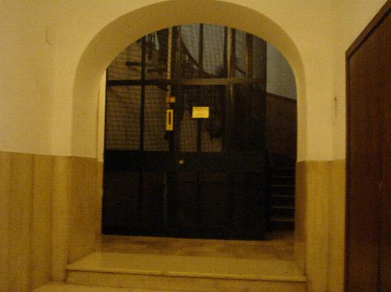 Le Suite di Via Ottaviano : building entry
