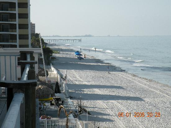 Sandalwood Beach Resort: Looking south from balcony towards Madeira Beach