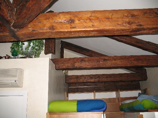 ‪‪Le Mansarde‬: Wooden beams above the loft beds.‬