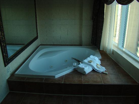 Radisson Hotel & Suites Fallsview: Jacuzzi room!
