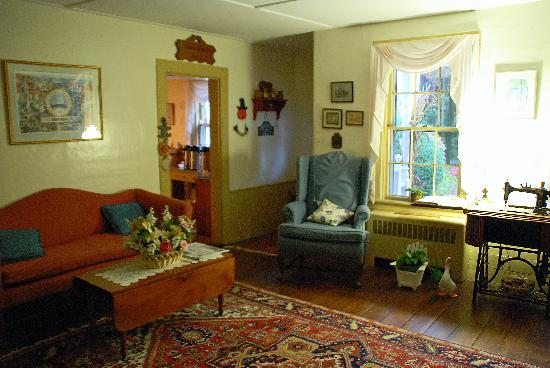 Isaiah Hall Bed and Breakfast Inn: Guest lounge