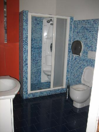 Soggiorno Gloria : the larger of the two restroom/showers.